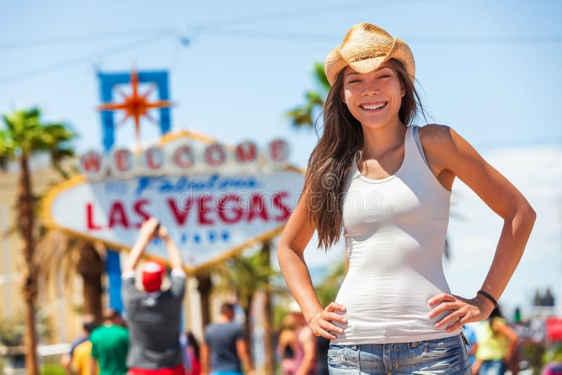 Αμερικανική γυναίκα τουριστών σημαδιών του Λας Βέγκας cowgirl στο ταξίδι ΑΜΕΡΙΚΑΝΙΚΟΥ οδικού ταξιδιού που φορά το καπέλο κάουμποϋ στοκ φωτογραφία με δικαίωμα ελεύθερης χρήσης