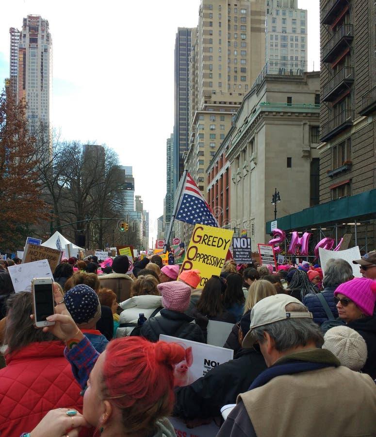 Αμερικανική σημαία ανάποδα, γυναίκες ` s Μάρτιος, δύση του Central Park, NYC, Νέα Υόρκη, ΗΠΑ στοκ εικόνες