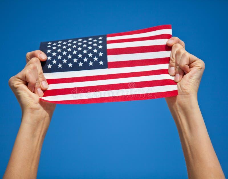Αμερικανική σημαία εκμετάλλευσης προσώπων στοκ εικόνες