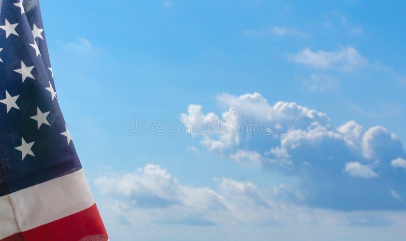 Αμερικανική σημαία ενάντια στο μπλε ουρανό στοκ φωτογραφία με δικαίωμα ελεύθερης χρήσης