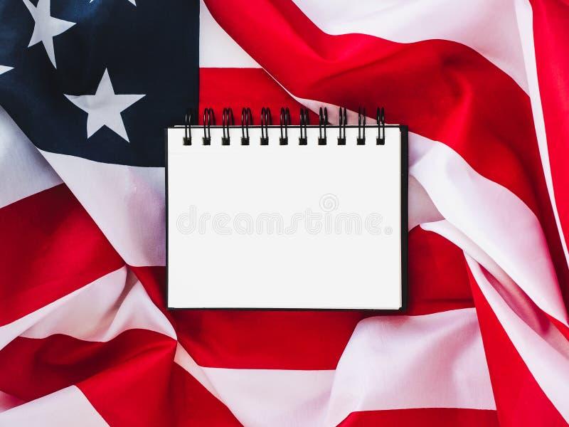 Αμερικανική σημαία και κενή σελίδα στοκ φωτογραφία
