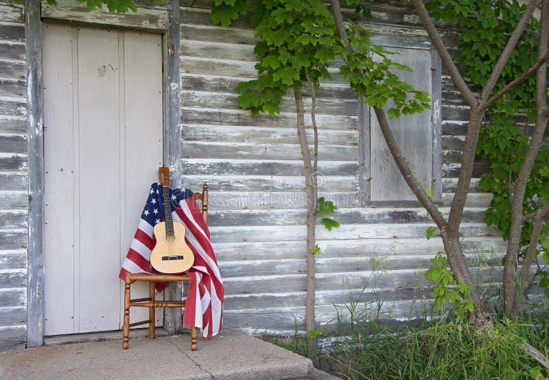 Αμερικανική σημαία και κιθάρα στην καρέκλα στοκ εικόνα