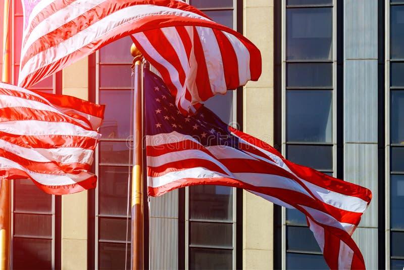 Αμερικανική σημαία κατά τη διάρκεια της άποψης ημέρας της ανεξαρτησίας στο Μανχάταν - την πόλη NYC της Νέας Υόρκης - Ηνωμένες Πολ στοκ φωτογραφίες