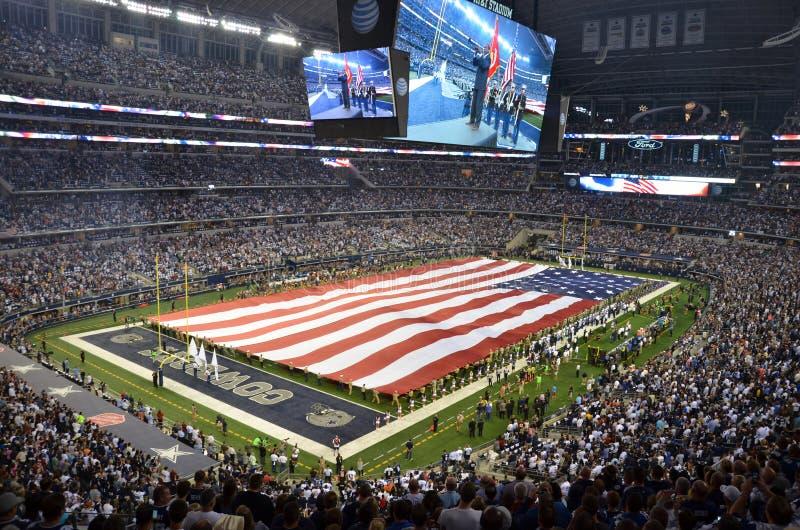 Αμερικανική σημαία πέρα από το αγωνιστικό χώρο ποδοσφαίρου κάουμποϋ του Ντάλλας στοκ εικόνες