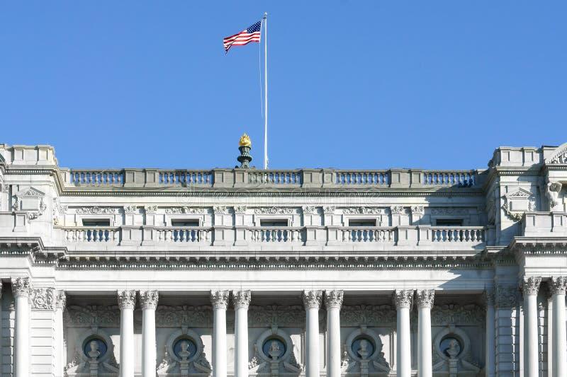 Αμερικανική σημαία πέρα από το Thomas Jefferson που χτίζει 1897 στη βιβλιοθήκη του Κογκρέσου στην Ουάσιγκτον, Δ Γ στοκ εικόνες