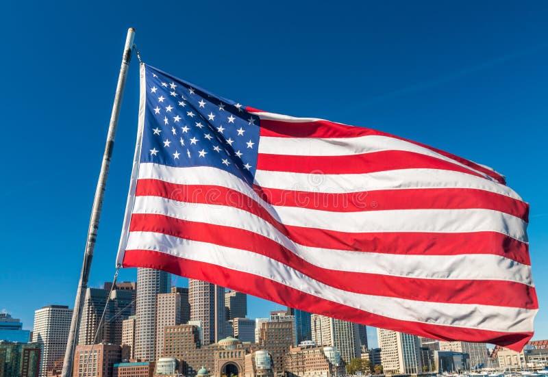 Αμερικανική σημαία που καλύπτει τον ορίζοντα της Βοστώνης, μΑ - ΗΠΑ στοκ εικόνα με δικαίωμα ελεύθερης χρήσης