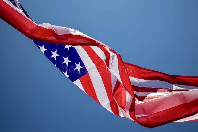 Αμερικανική σημαία που κυματίζει στον αέρα στοκ φωτογραφίες με δικαίωμα ελεύθερης χρήσης