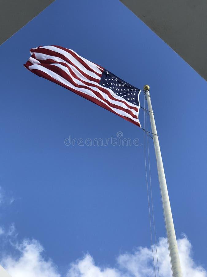 Αμερικανική σημαία που κυματίζει υπερήφανα στο Pearl Harbor, Χαβάη στοκ εικόνα