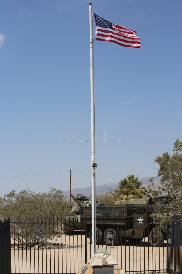 Αμερικανική σημαία που πετά πέρα από το μουσείο του George S Patton σε Καλιφόρνια στοκ εικόνα με δικαίωμα ελεύθερης χρήσης
