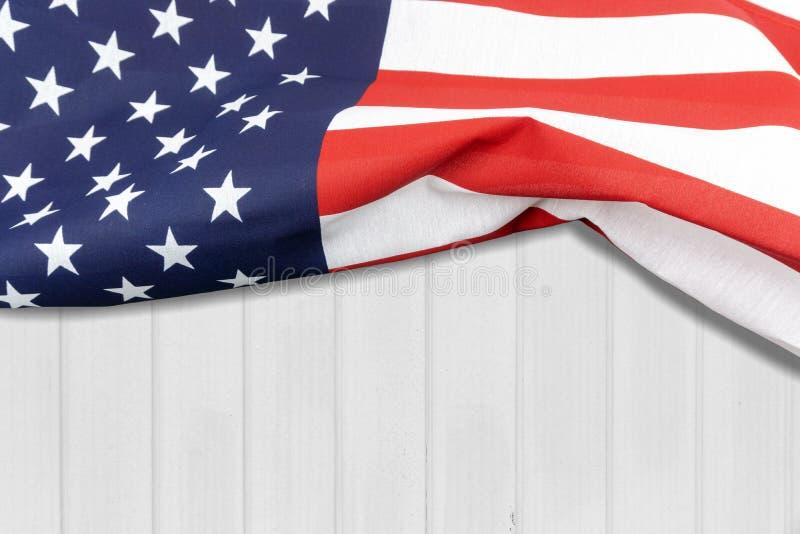 Αμερικανική σημαία σε έναν άσπρο ξύλινο τοίχο στοκ εικόνα
