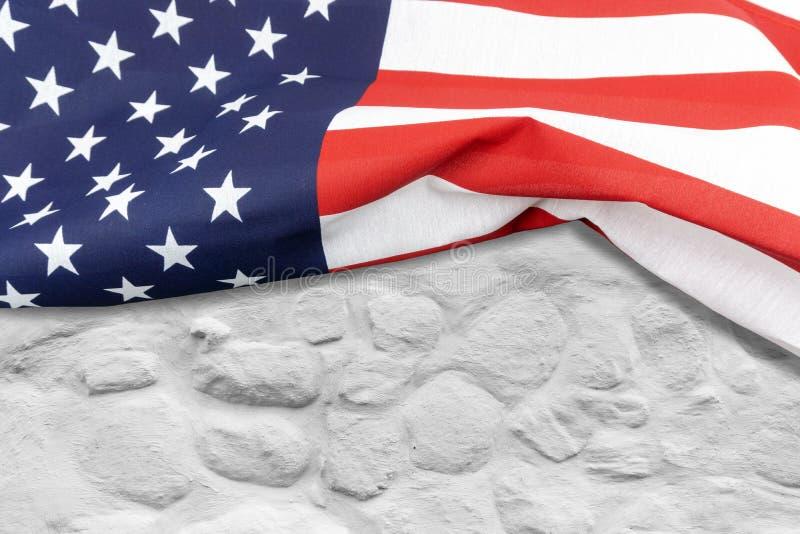 Αμερικανική σημαία σε έναν άσπρο τουβλότοιχο στοκ φωτογραφίες με δικαίωμα ελεύθερης χρήσης
