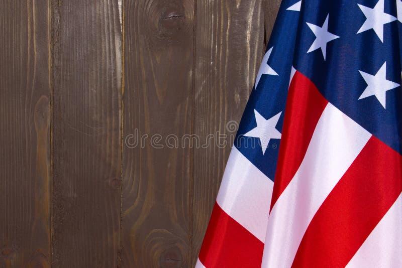 Αμερικανική σημαία σε ένα υπόβαθρο του καφετιού ξύλου Η σημαία των Ηνωμένων Πολιτειών της Αμερικής Η θέση που διαφημίζει, πρότυπο στοκ εικόνες
