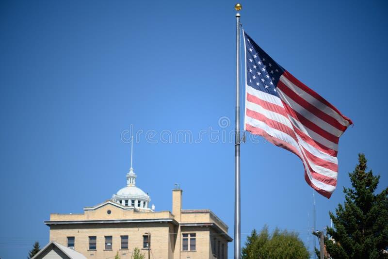 Αμερικανική σημαία σε μικρή πόλη στοκ φωτογραφίες με δικαίωμα ελεύθερης χρήσης