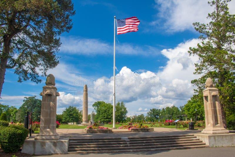 Αμερικανική σημαία στην είσοδο στη φυτεία με τριανταφυλλιές πάρκων Hill ξύλων καρυδιάς στη Νέα Βρετανία, Κοννέκτικατ στοκ φωτογραφία με δικαίωμα ελεύθερης χρήσης