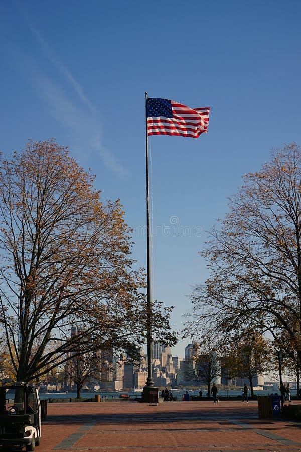 Αμερικανική σημαία στην πόλη ΗΠΑ της Νέας Υόρκης στοκ εικόνα