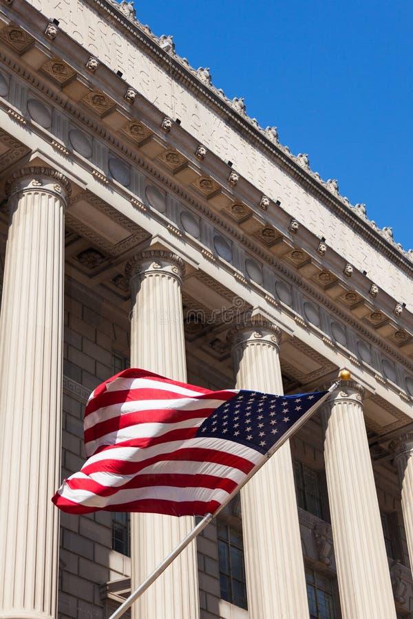 Αμερικανική σημαία στο κτήριο τμημάτων εμπορίου στην πλύση στοκ φωτογραφία