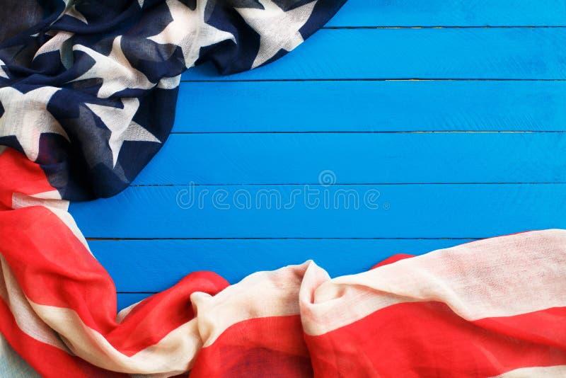 Αμερικανική σημαία στο μπλε ξύλινο υπόβαθρο Η σημαία των Ηνωμένων Πολιτειών της Αμερικής Η θέση που διαφημίζει, πρότυπο στοκ φωτογραφία