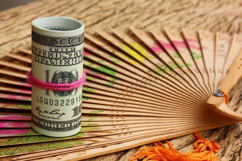 Αμερικανική σημείωση 100 για το εκλεκτής ποιότητας καφετί ξύλινο υπόβαθρο Αμερικανικές κυκλοφορημένες χρήματα παγκόσμιες άγρια πε στοκ εικόνα με δικαίωμα ελεύθερης χρήσης