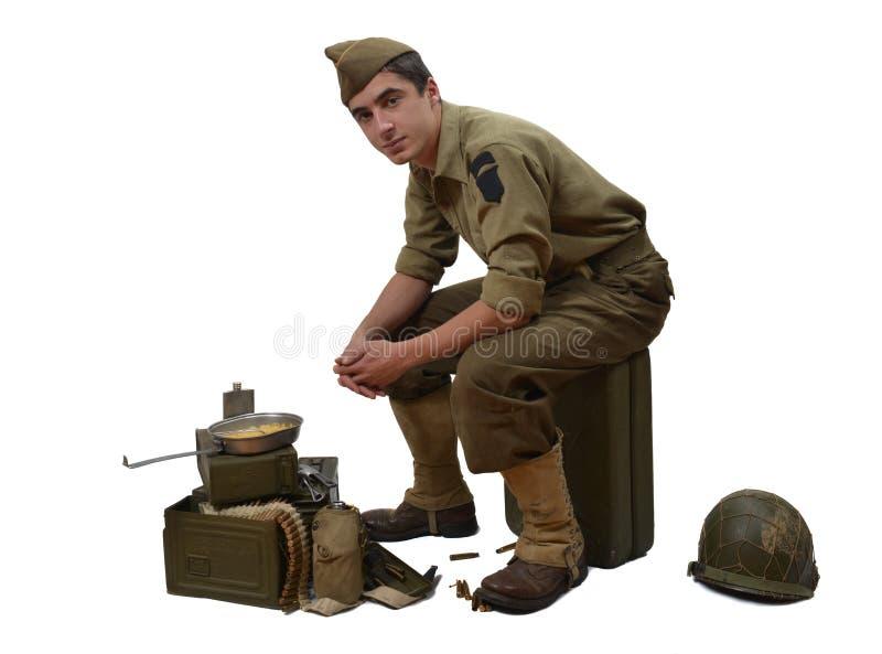 Αμερικανική συνεδρίαση στρατιωτών σε ένα κάνιστρο στοκ εικόνες