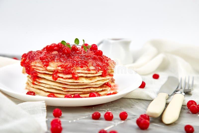 Αμερικανική τηγανίτα με τη μαρμελάδα - μούρο, viburnum, το βακκίνιο στοκ φωτογραφία με δικαίωμα ελεύθερης χρήσης