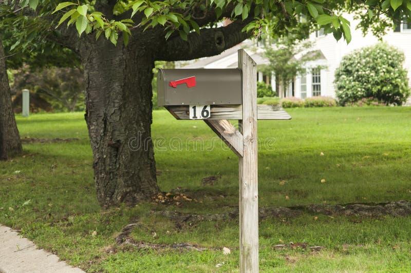 Αμερικανική υπαίθρια ταχυδρομική θυρίδα μετάλλων στοκ φωτογραφία