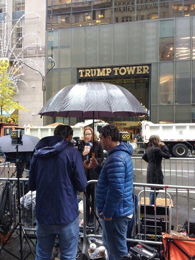ΑΜΕΡΙΚΑΝΙΚΕΣ προεδρικές εκλογές 2016, δημοσιογράφος τηλεόρασης μπροστά από τον πύργο ατού, NYC, ΗΠΑ στοκ εικόνα με δικαίωμα ελεύθερης χρήσης