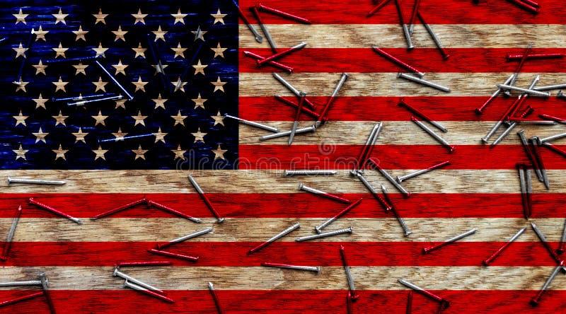 ΑΜΕΡΙΚΑΝΙΚΗ σημαία στα πλαίσια των ξύλινων και αιχμηρών καρφιών, ευτυχής ημέρα της ανεξαρτησίας στοκ εικόνα με δικαίωμα ελεύθερης χρήσης
