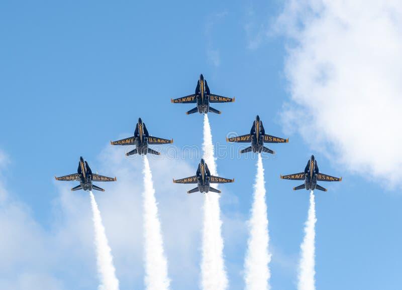 Αμερικανικοί μπλε ναυτικοί άγγελοι στο σχηματισμό έτοιμο να εκτελέσει έναν flyby στοκ φωτογραφία με δικαίωμα ελεύθερης χρήσης