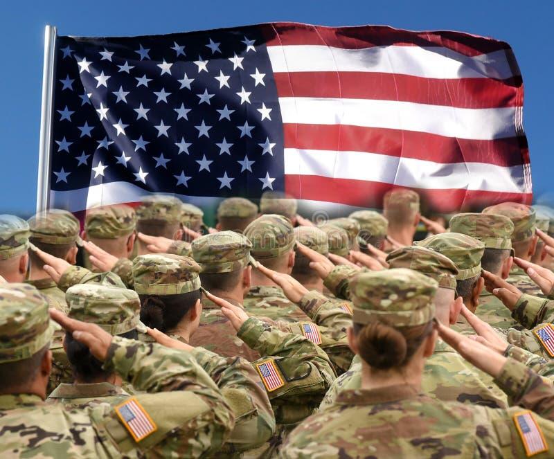 Αμερικανικοί στρατιώτες που χαιρετίζουν την αμερικανική σημαία, πατριωτική έννοια στοκ φωτογραφία