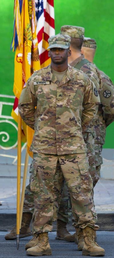 Αμερικανικοί στρατιώτες στο υπόβαθρο της σημαίας στοκ φωτογραφία