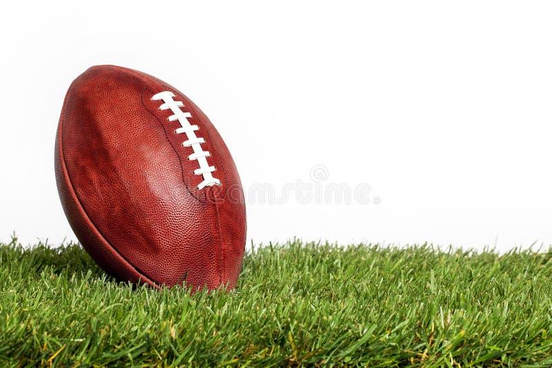 ΑΜΕΡΙΚΑΝΙΚΟ ποδόσφαιρο στη χλόη στοκ φωτογραφία με δικαίωμα ελεύθερης χρήσης