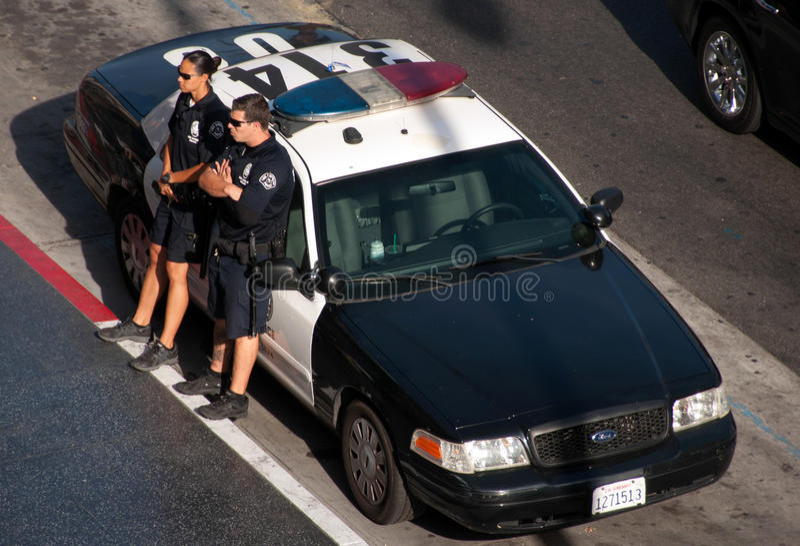 Αμερικανικός αστυνομικός εν το υπηρεσία στο περιπολικό της Αστυνομίας σε Hollywood στοκ εικόνα με δικαίωμα ελεύθερης χρήσης