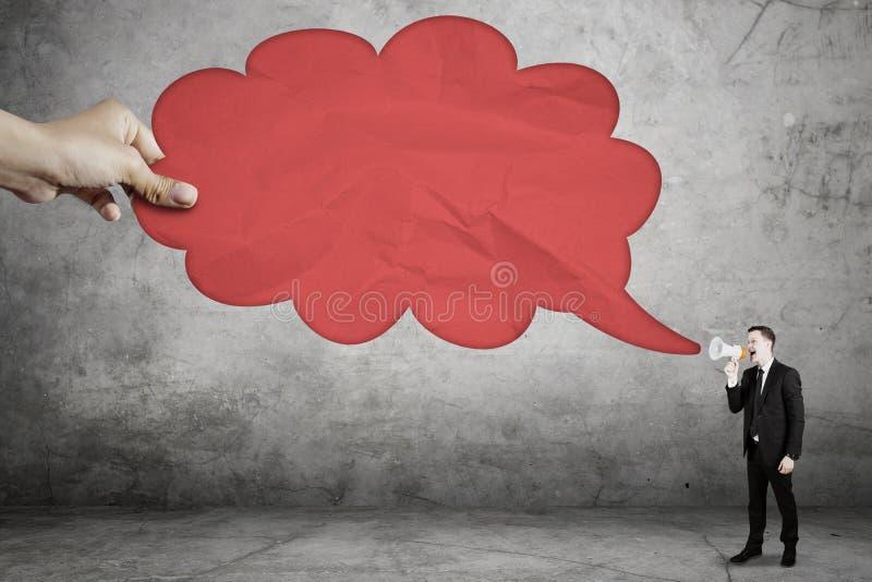 Αμερικανικός επιχειρηματίας που μιλά στην κενή φυσαλίδα σύννεφων στοκ εικόνες