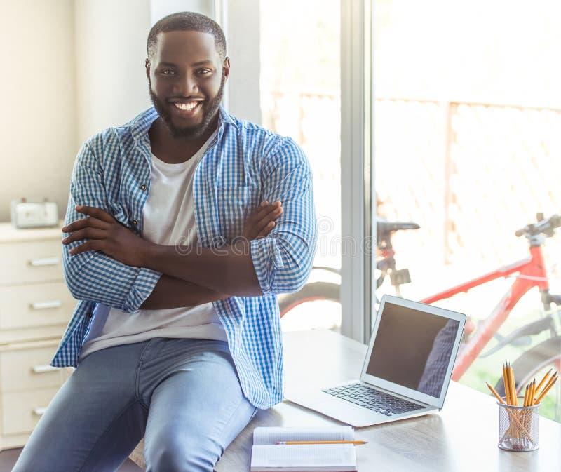 Αμερικανικός επιχειρηματίας Afro στο σπίτι στοκ εικόνα
