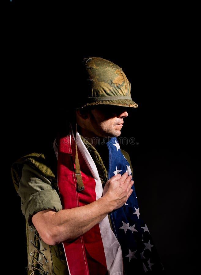 Αμερικανικός θαλάσσιος Βιετνάμ πόλεμος με το πρόσωπο που καλύπτεται στη λάσπη στοκ φωτογραφίες με δικαίωμα ελεύθερης χρήσης