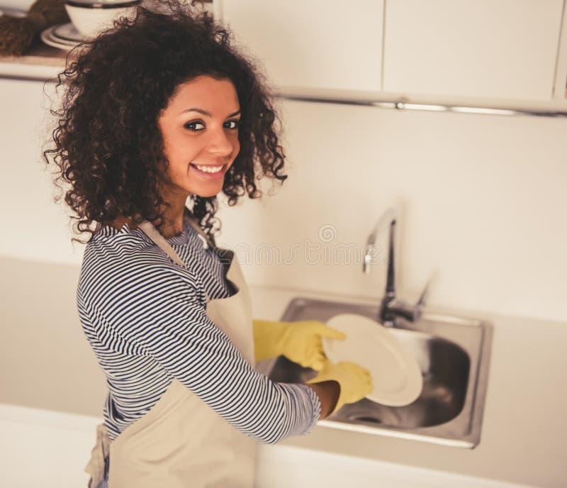 Αμερικανικός καθαρισμός γυναικών Afro στοκ φωτογραφία με δικαίωμα ελεύθερης χρήσης