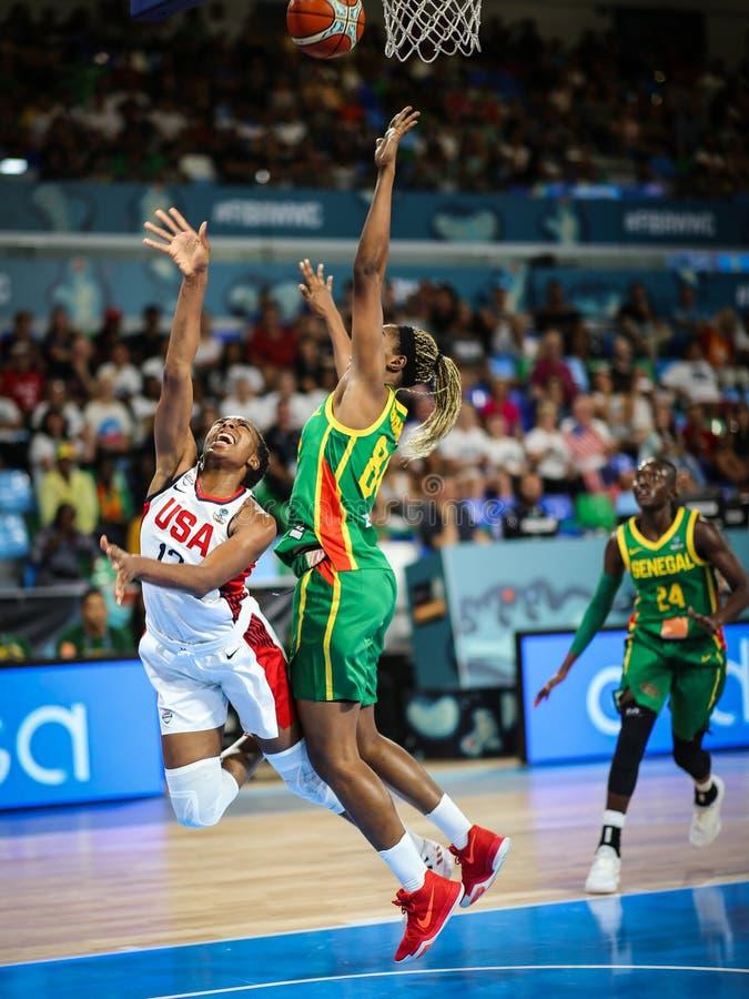 Αμερικανικός παίκτης Nneka Ogwumike στη δράση κατά τη διάρκεια της αντιστοιχίας ΗΠΑ καλαθοσφαίρισης εναντίον της ΣΕΝΕΓΆΛΗΣ στοκ φωτογραφία με δικαίωμα ελεύθερης χρήσης
