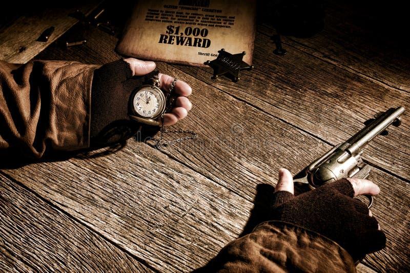 Αμερικανικός σερίφης δυτικού μύθου που κρατά το χρόνο στο ρολόι στοκ εικόνες με δικαίωμα ελεύθερης χρήσης