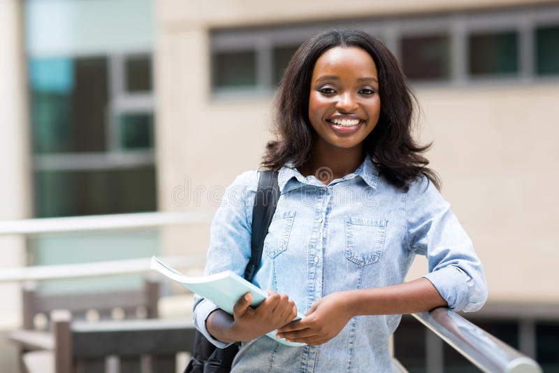 Αμερικανικός φοιτητής πανεπιστημίου Afro στοκ εικόνα
