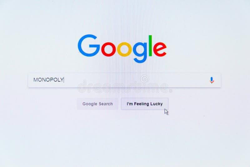 Αμερικανικό λογότυπο επιχείρησης τεχνολογίας Google στην αρχική σελίδα μηχανών αναζήτησης με το μονοπώλιο λέξης στο φραγμό αναζήτ στοκ φωτογραφία
