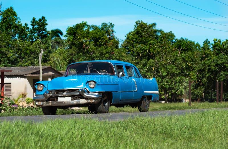 Αμερικανικό μπλε κλασικό αυτοκίνητο Chevrolet στη εθνική οδό στη Σάντα Κλάρα - το ρεπορτάζ Serie Κούβα στοκ εικόνες