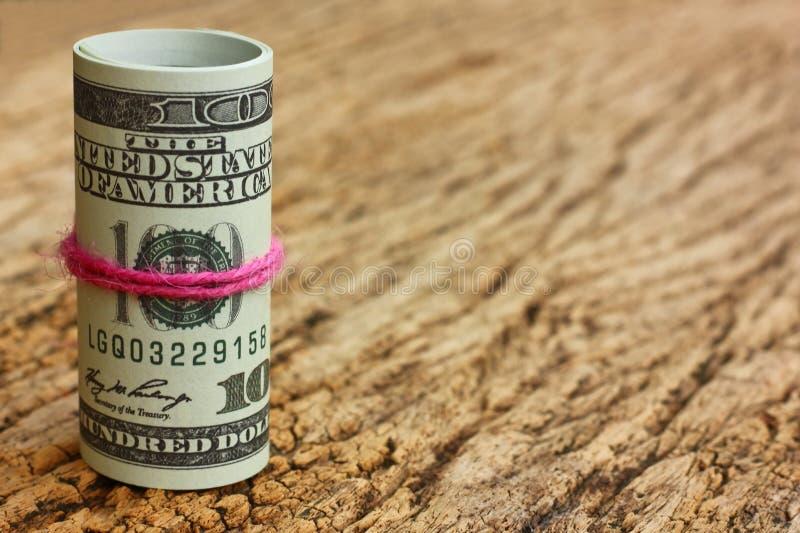 Αμερικανικό τραπεζογραμμάτιο στο εκλεκτής ποιότητας καφετί ξύλινο υπόβαθρο Αμερικανικές κυκλοφορημένες χρήματα παγκόσμιες άγρια π στοκ εικόνες