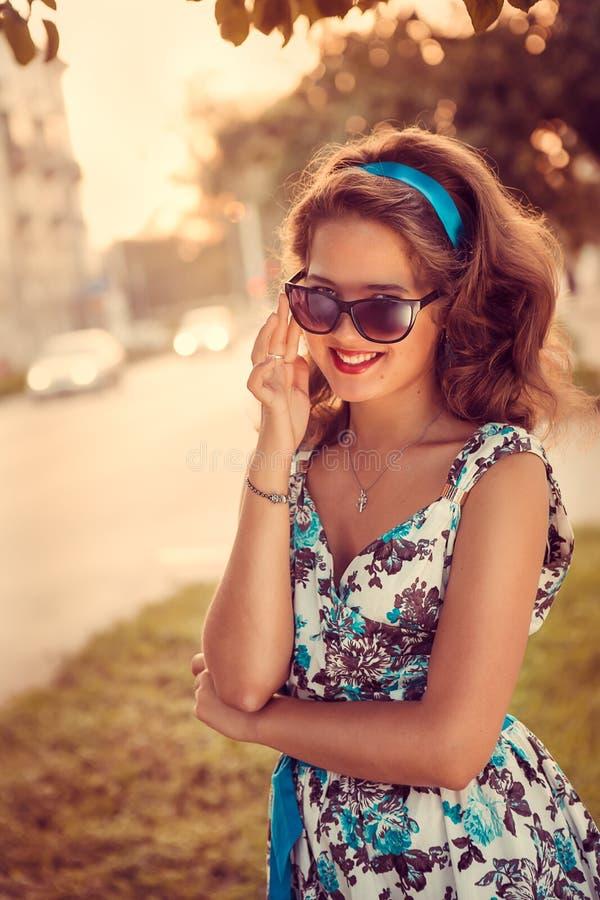 Αμερικανικό redhead κορίτσι στα suglasses. Φωτογραφία στο ύφος της δεκαετίας του '60. στοκ εικόνες