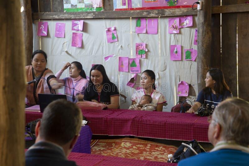 Αμερικανοί επισκέπτονται σε μια ταϊλανδική τάξη στοκ φωτογραφία