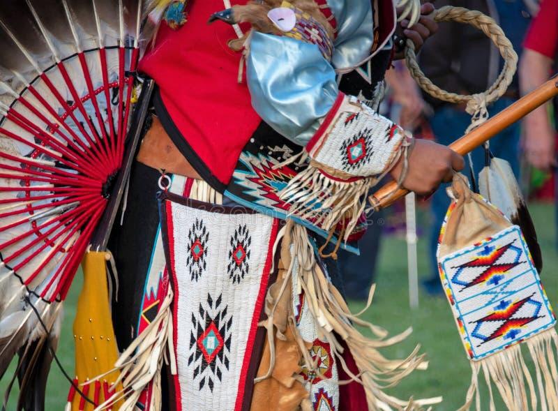 Αμερικανός ιθαγενής στην παραδοσιακή ενδυμασία στοκ φωτογραφία