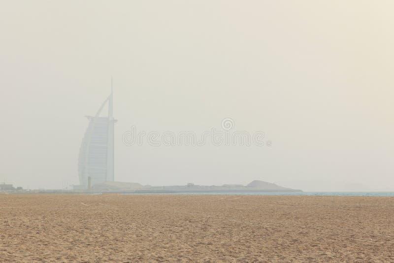 Αμμοθύελλα στο Ντουμπάι, άποψη στο Al Άραβας Burj από μια κοντινή παραλία στοκ φωτογραφία