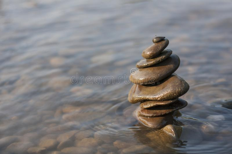 Αμμοχάλικα το ένα στο άλλο στο ρηχό κολπίσκο  Έννοια της Zen στοκ εικόνες