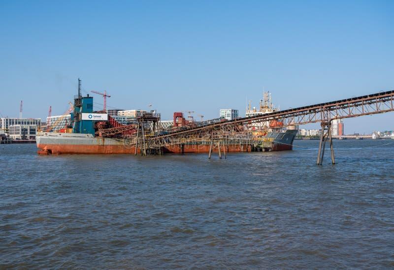 Αμμοχάλικο και συνολικά μηχανήματα στα docklands κοντά στο Γκρήνουιτς στοκ εικόνα με δικαίωμα ελεύθερης χρήσης