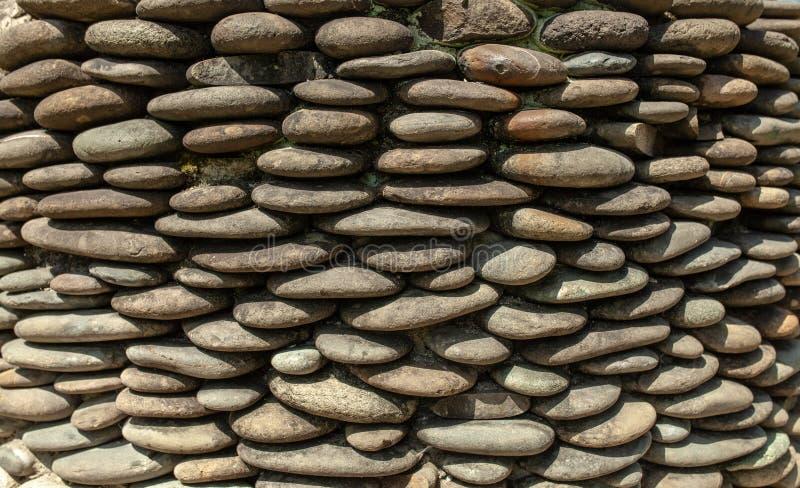 Αμμοχάλικο χαλικιών ποταμών γύρω από τον τοίχο πετρών που διαμορφώνεται για το υπόβαθρο Γκρίζο υπόβαθρο χαλικιών για το σπίτι και στοκ εικόνα με δικαίωμα ελεύθερης χρήσης
