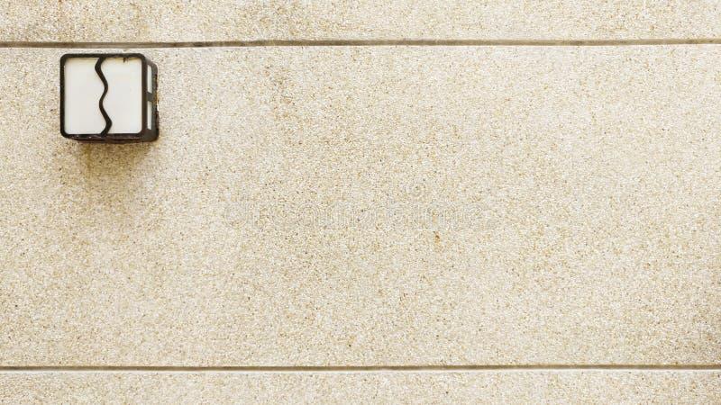Αμμοχάλικο στον τοίχο με το λαμπτήρα στοκ φωτογραφία